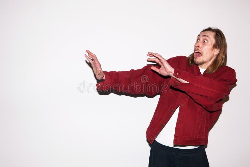 Uomo spaventato e colpito Emozione di timore fotografia stock