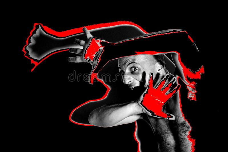 Uomo spaventato e terrorizzato con la mano rossa che prova a proteggersi con le sue mani fotografia stock
