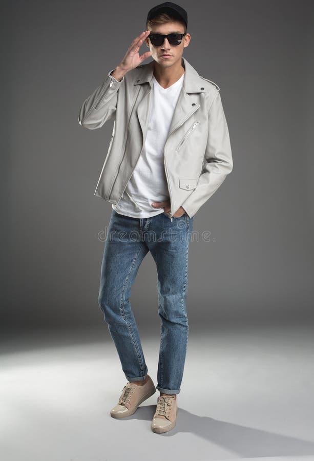 Uomo splendido che posa in abbigliamento alla moda fotografie stock