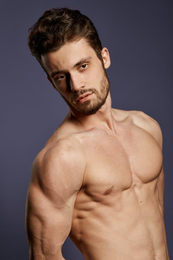 Uomo splendido con la rappresentazione il suo forte corpo nudo fotografie stock libere da diritti