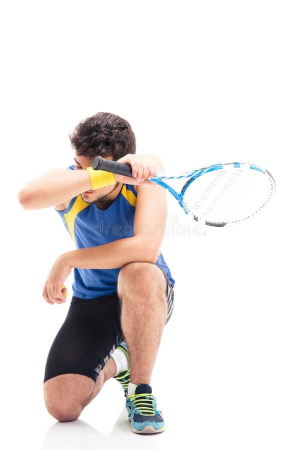 Uomo stanco di sport con la racchetta di tennis fotografia stock