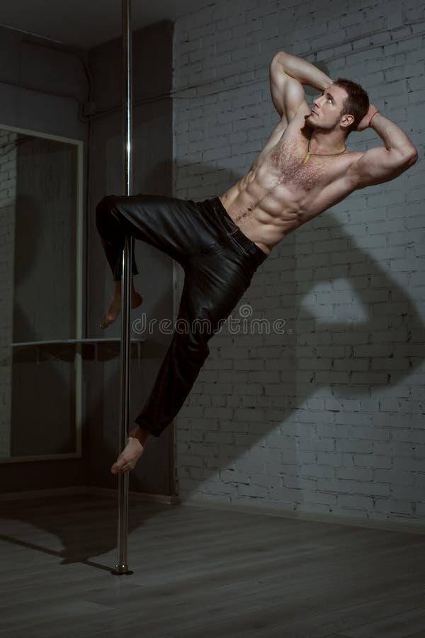 Uomo su un palo per ballare fotografia stock libera da diritti