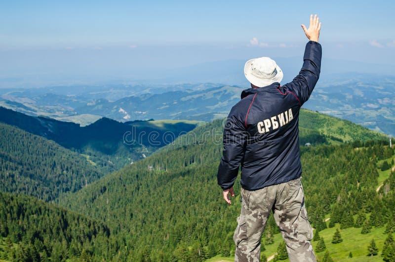 Uomo su una cima della montagna Traduzione del testo sul rivestimento: immagini stock libere da diritti