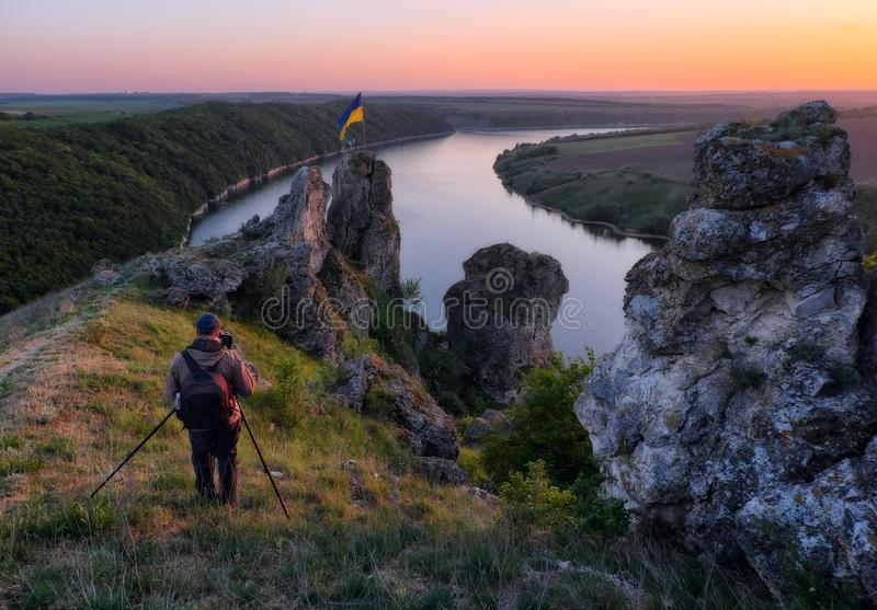 Uomo su una roccia sopra un fiume fotografia stock libera da diritti
