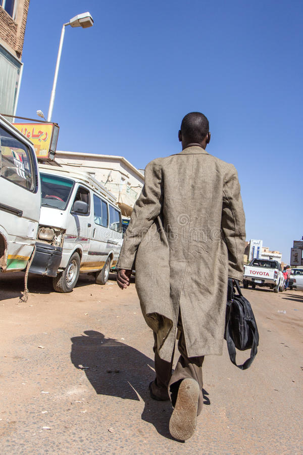 Uomo sudanese che cammina sulle vie fotografia stock