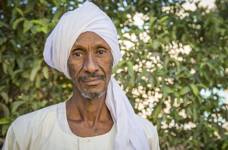 Uomo sudanese che sorride per una macchina fotografica immagini stock libere da diritti