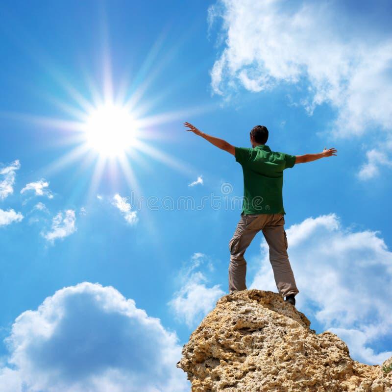 Uomo sul picco della montagna immagini stock libere da diritti