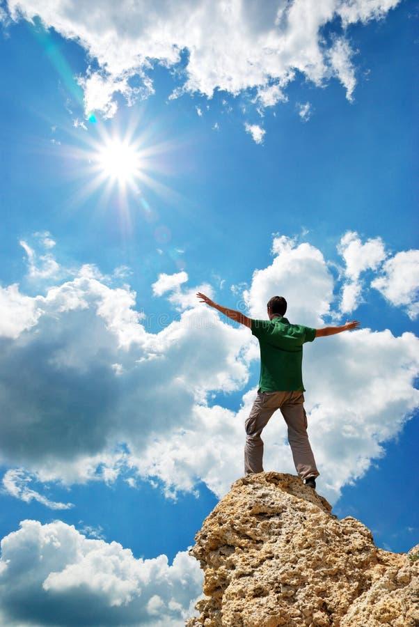 Uomo sul picco della montagna fotografia stock libera da diritti