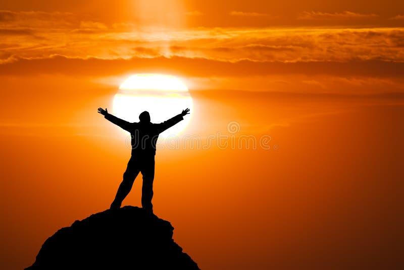 Uomo sul picco della montagna. immagine stock libera da diritti