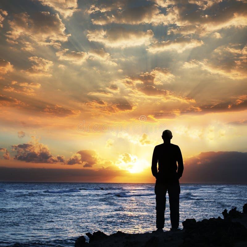 Uomo sul tramonto fotografia stock libera da diritti