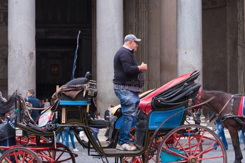 Uomo sul trasporto del cavallo fotografie stock libere da diritti
