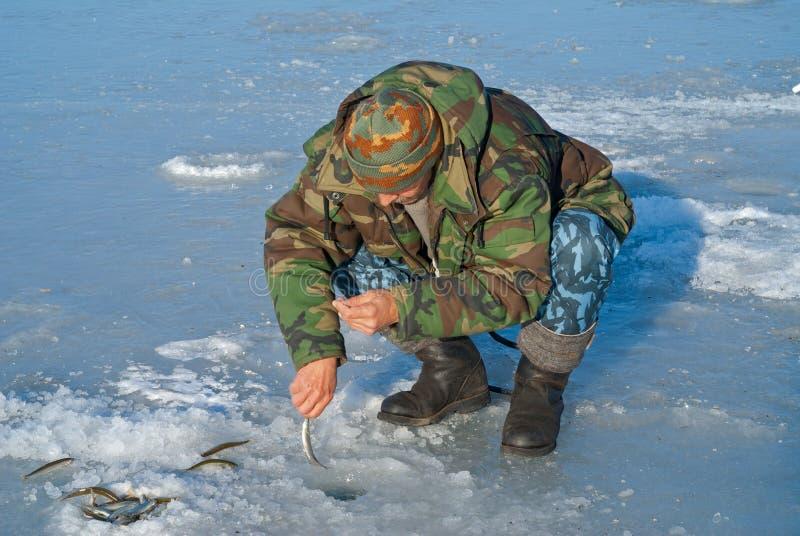 Uomo sull'inverno che pesca 26 fotografia stock libera da diritti