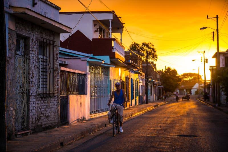 Uomo sulla bicicletta in via cubana immagine stock libera da diritti