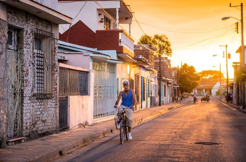 Uomo sulla bicicletta in via cubana fotografia stock libera da diritti