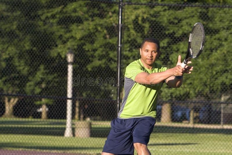 Uomo sulla corte di tennis che gioca tennis - orizzontale fotografie stock