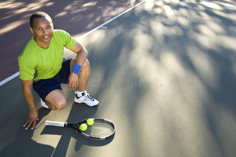 Uomo sulla corte di tennis con la racchetta e la Sfera-Horizonta fotografie stock