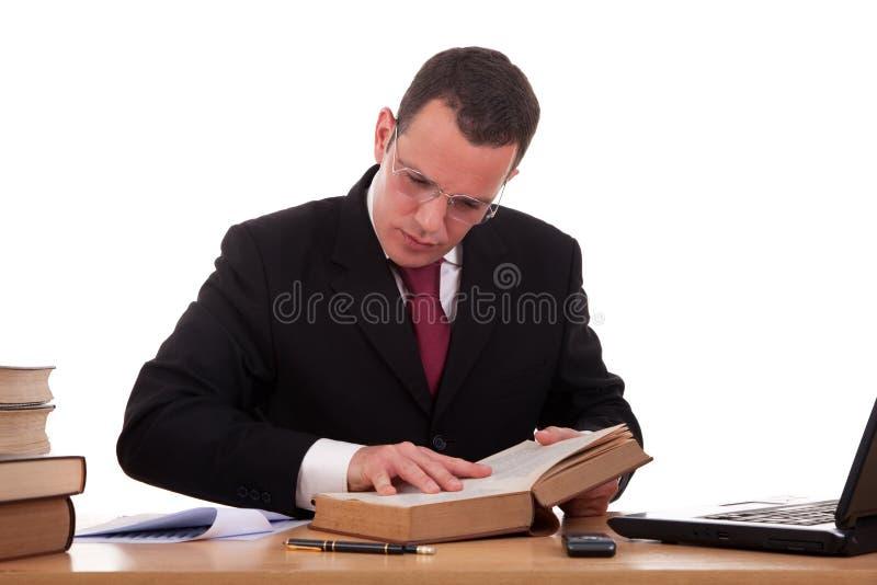 Uomo sulla lettura e sullo studio dello scrittorio immagini stock libere da diritti