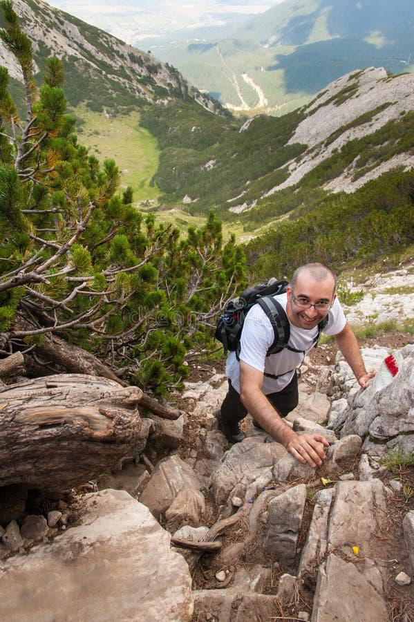 Uomo sulla montagna Pirin fotografie stock
