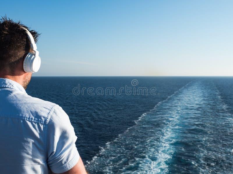 Uomo sulla piattaforma di una nave da crociera fotografia stock libera da diritti