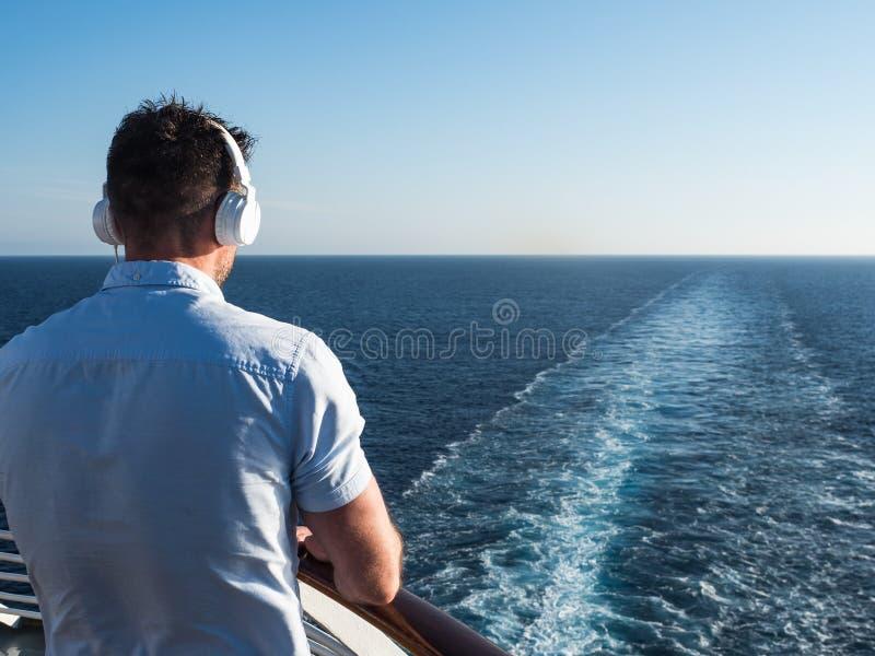 Uomo sulla piattaforma di una nave da crociera fotografie stock libere da diritti