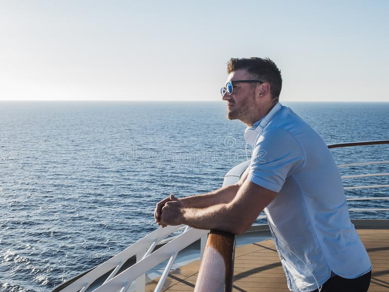 Uomo sulla piattaforma di una nave da crociera fotografia stock