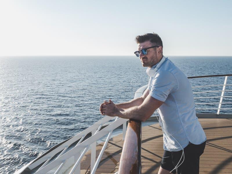 Uomo sulla piattaforma di una nave da crociera fotografie stock