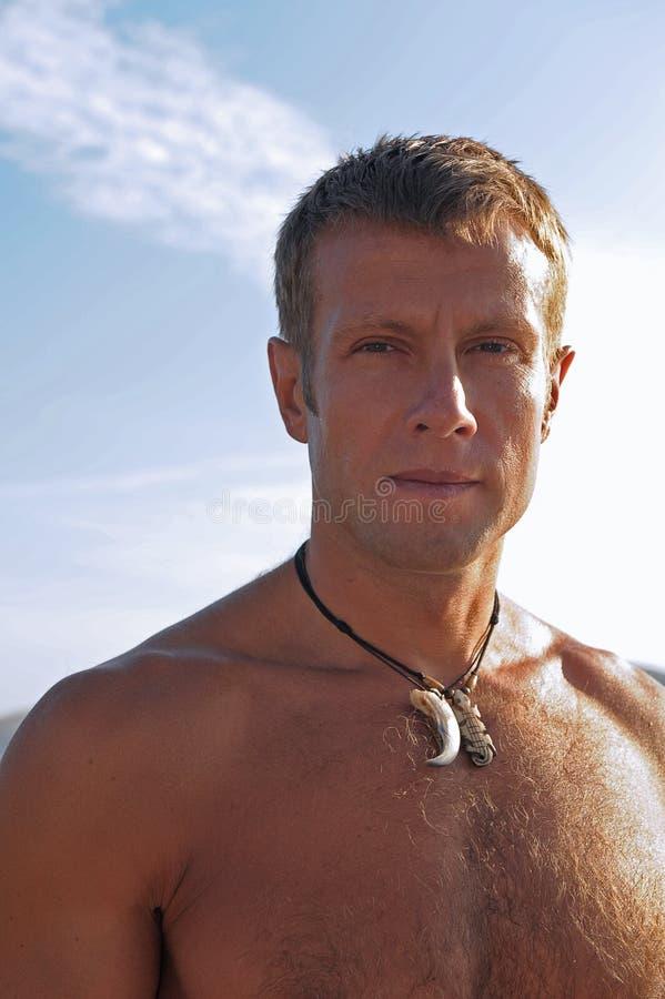 Uomo sulla spiaggia fotografie stock