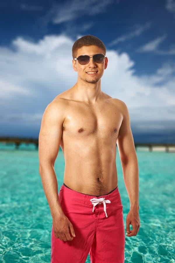 Download Uomo Sulla Spiaggia Con Il Molo Fotografia Stock - Immagine di nave, felice: 55351228