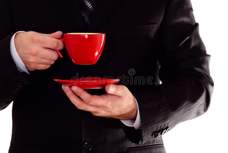 Uomo in tazza di caffè nera della stretta del vestito immagine stock