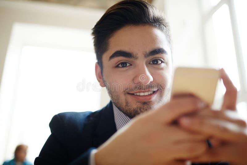 Uomo Texting fotografia stock libera da diritti