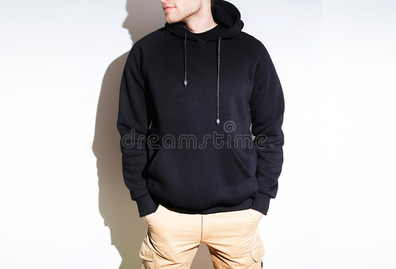 Uomo, tipo in maglia con cappuccio nera in bianco, maglietta felpata, derisione su isolata pl fotografia stock