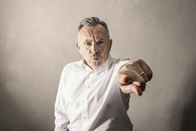 Uomo tramite la poppa e lo sguardo arrabbiato fotografia stock libera da diritti