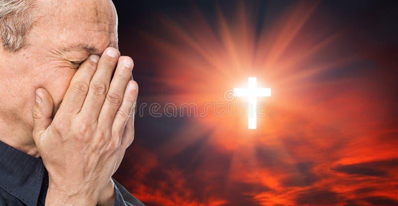 Uomo trasversale ed anziano con un fronte chiuso a mano immagine stock libera da diritti