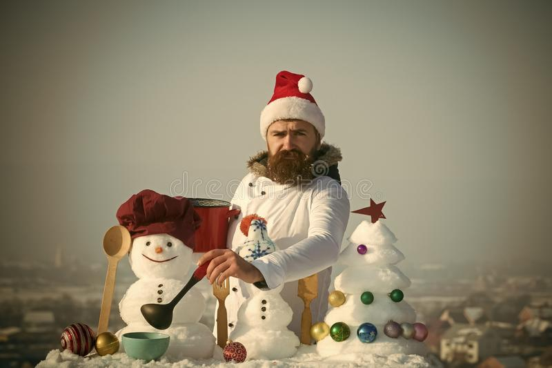 Uomo triste in minestra ladling del cappello di Santa il giorno di inverno fotografia stock libera da diritti