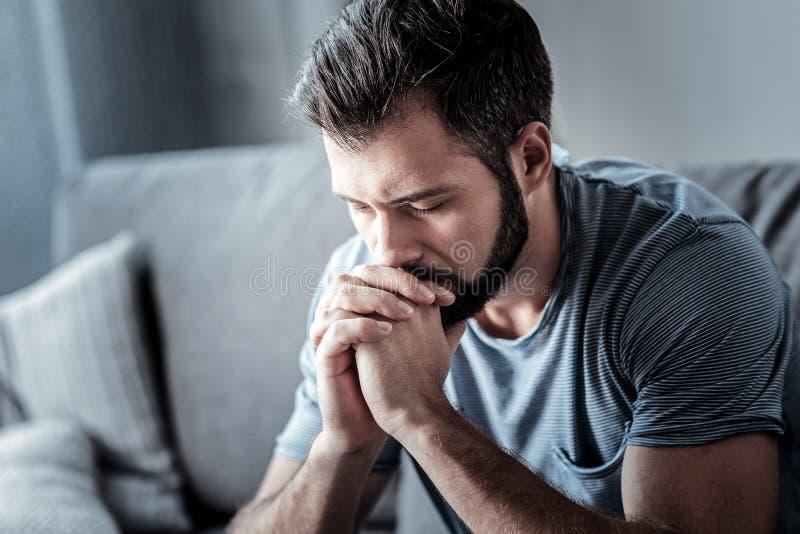 Uomo triste serio che guarda giù fotografie stock libere da diritti
