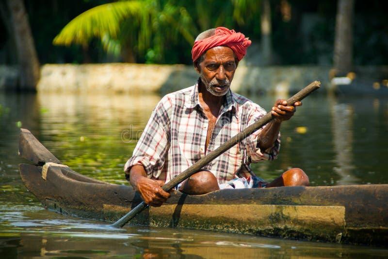 Uomo in turbante attraverso gli stagni del Kerala immagine stock