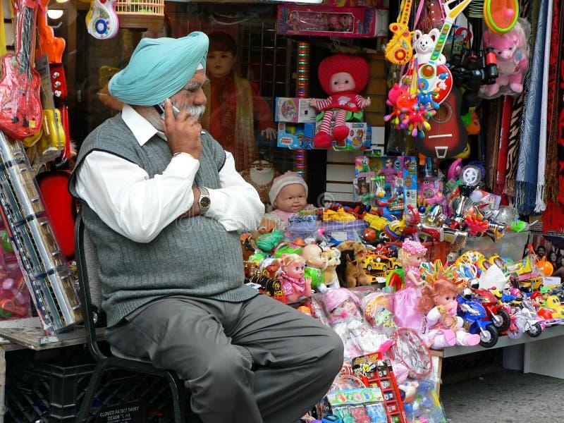 Uomo in turbante per mezzo del cellulare fotografia stock libera da diritti