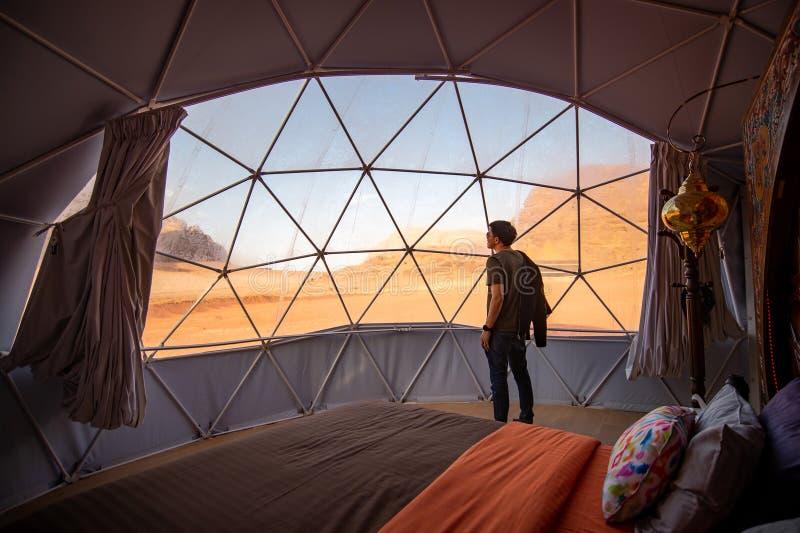 Uomo turistico in tenda della cupola a Wadi Rum, Giordania immagine stock libera da diritti