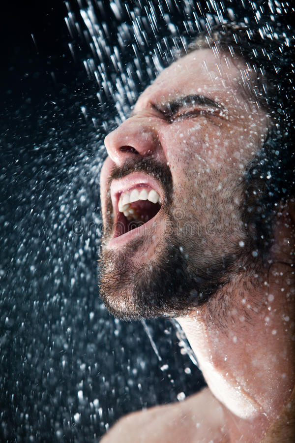 Uomo in un acquazzone fotografia stock