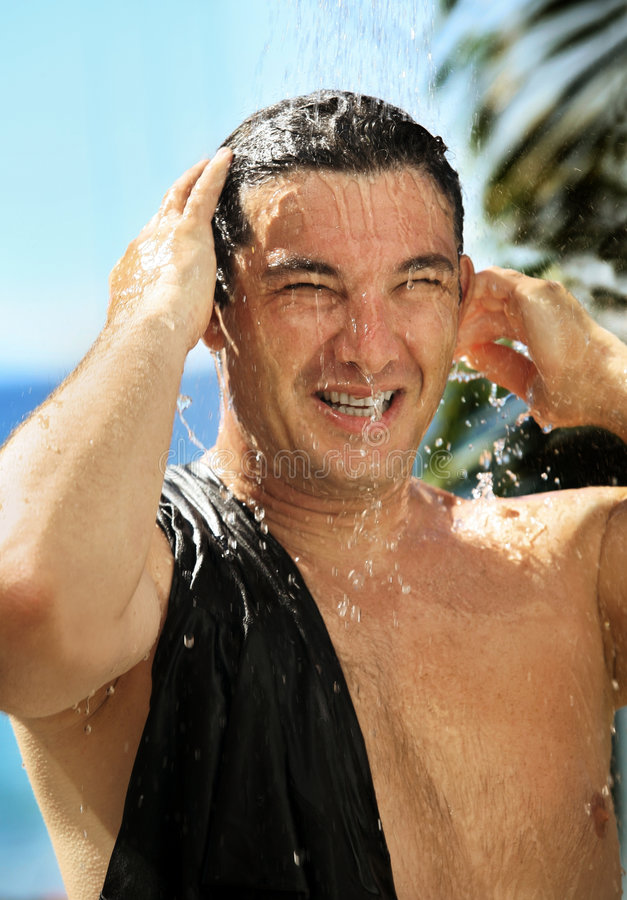 Uomo in un acquazzone immagine stock libera da diritti