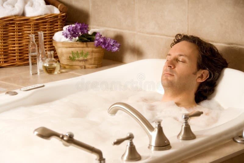 Uomo in un bagno immagini stock libere da diritti