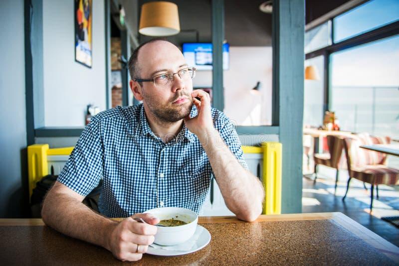 Uomo in un caffè immagine stock