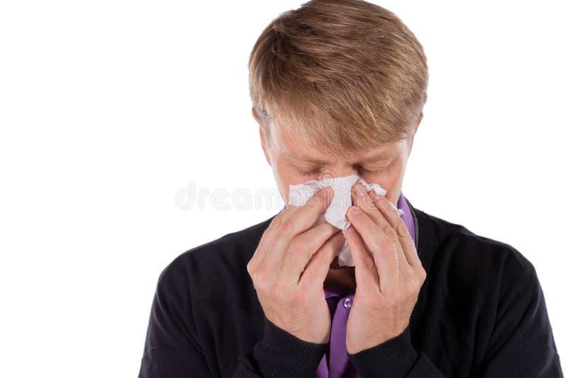 Uomo in un cardigan con il tessuto su fondo bianco Sollievo di influenza e freddo di malattia immagine stock libera da diritti