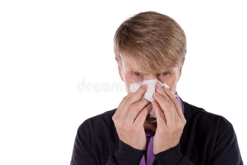 Uomo in un cardigan con il tessuto su fondo bianco Sollievo di influenza e freddo di malattia fotografia stock