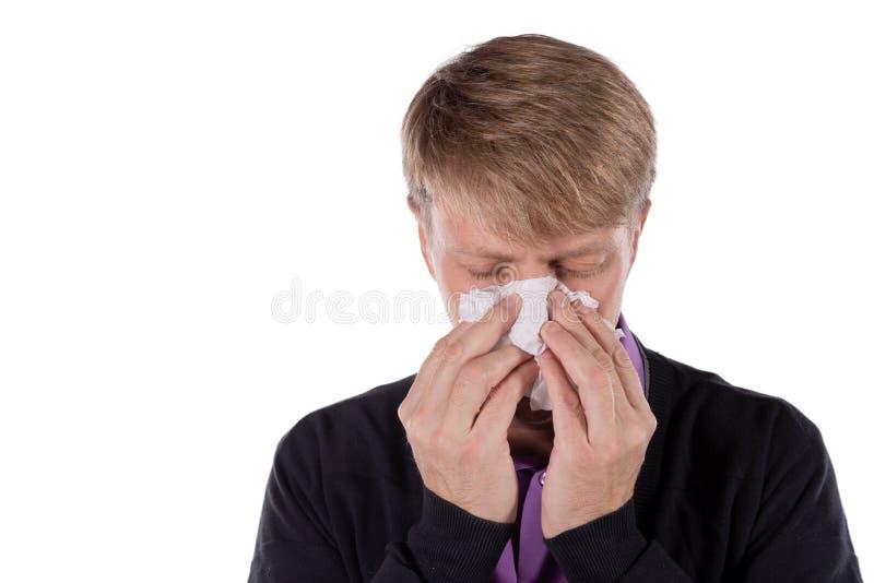 Uomo in un cardigan con il tessuto su fondo bianco Sollievo di influenza e freddo di malattia fotografia stock libera da diritti