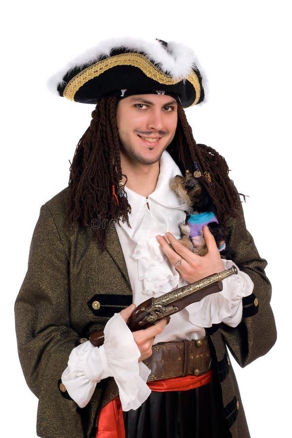 Uomo in un costume del pirata con il piccolo cane immagini stock libere da diritti