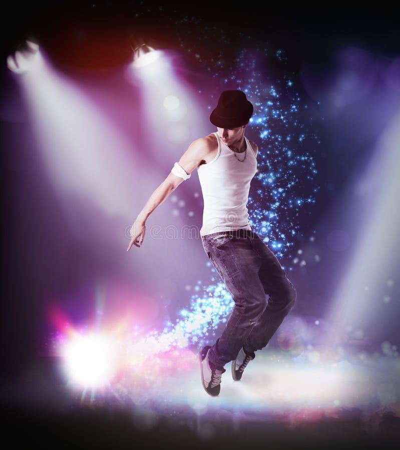 Uomo in un dancing hip-hop del cappello su una fase fotografie stock