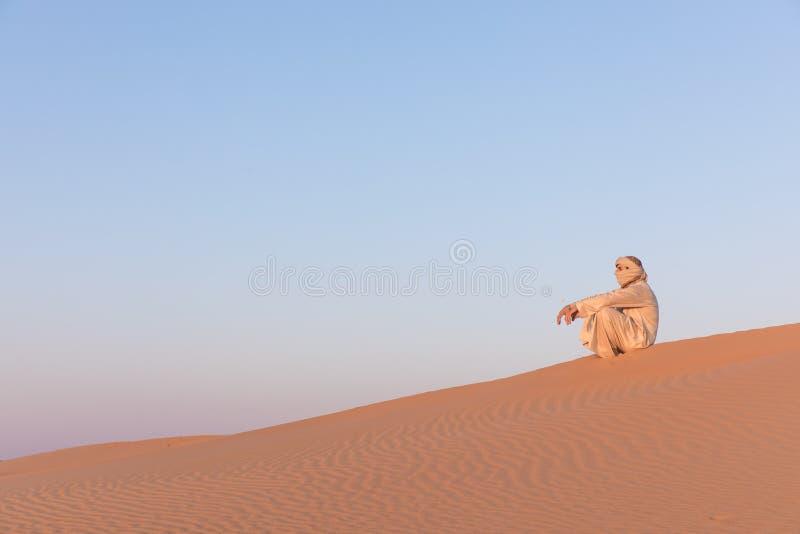 Uomo in un vestito arabo tradizionale fotografia stock libera da diritti