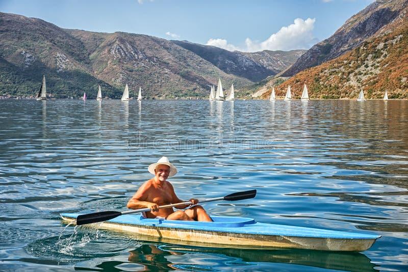 Uomo in una barca fotografie stock libere da diritti