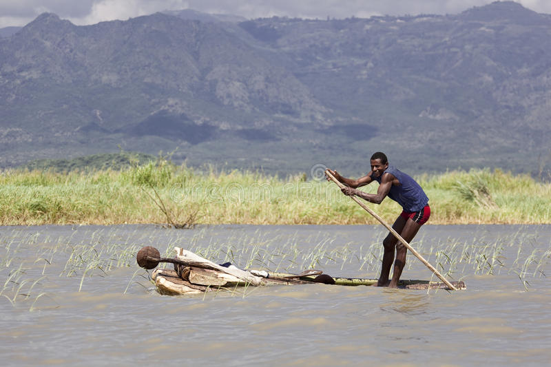 Uomo in una barca del salfemade fotografia stock